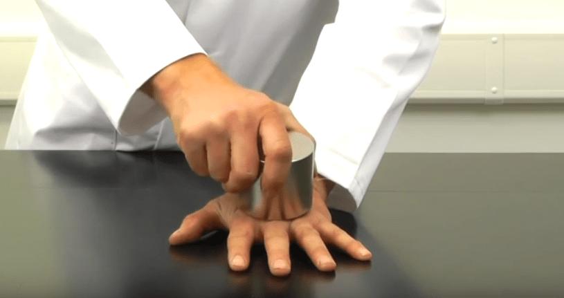 Nebezpečný magnet rozdrtil ruku muža